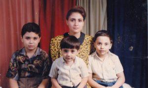 نورس رحال مع أمه وأخوته